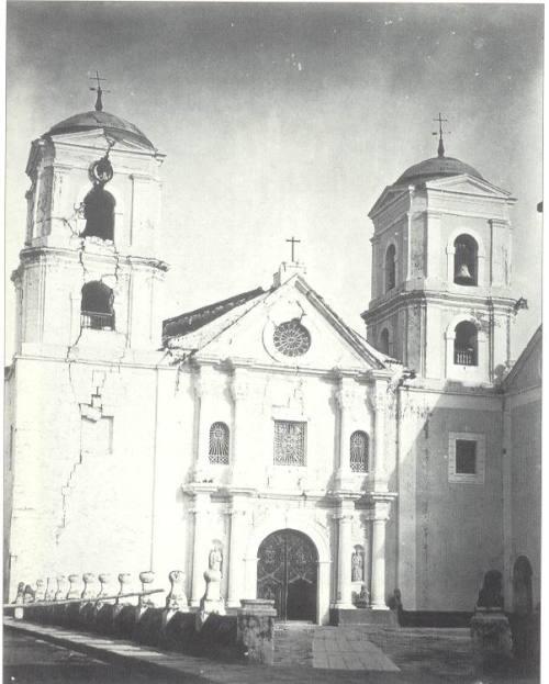 Aktwal na larawan ng Simbahan ng San Agustin matapos ang lindol ng 1880.  Mula kay Dr. Jaime B. Veneracion.