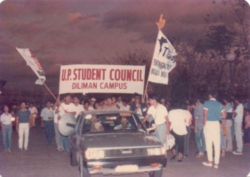 Ang mga taga UP sa panahon ng pagbibilang ng boto sa Batasan para sa snap elections ng 1986 bago maghimagsikang EDSA, 1986.  Mula sa Koleksyong Ricardo Trota Jose.