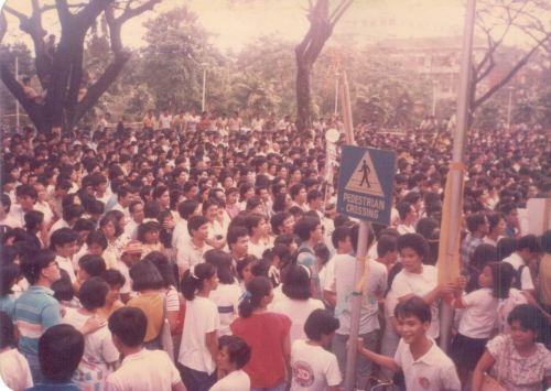 Ang AS Parking Lot noong bumisita si Cory sa UP noong kampanya para sa snap presidential elections 1986.  Mula sa Koleksyong Ricardo Trota Jose.