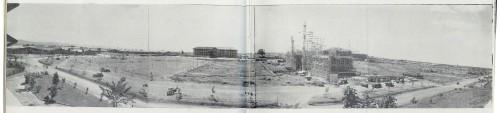 Ang Benitez Hall at ang ginagawang Gonzales Hall (Main Lib) noong Dekada 1950s.  Mula sa UP Departamento ng Kasaysayan.