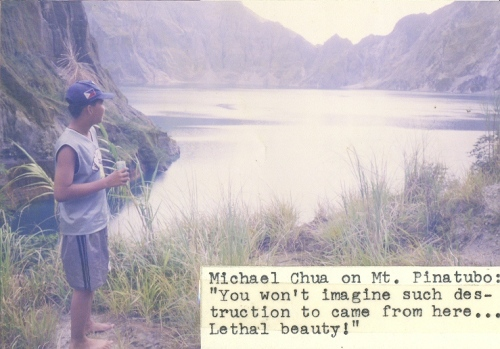 Si Xiao Chua, umiinom ng tubig habang pinagmamasdan ang bunganga ng Bundok Pinatubo, November 1999.  Kuha ni Bob Sellars.