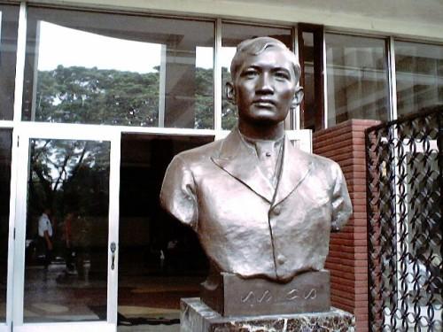 Busto ni Jose Rizal sa Palma Hall (Arts and Sciences Building) ng Unibersidad ng Pilipinas.  Obra maestra ni Guillermo Tolentino.  Kuha ni Xiao Chua.