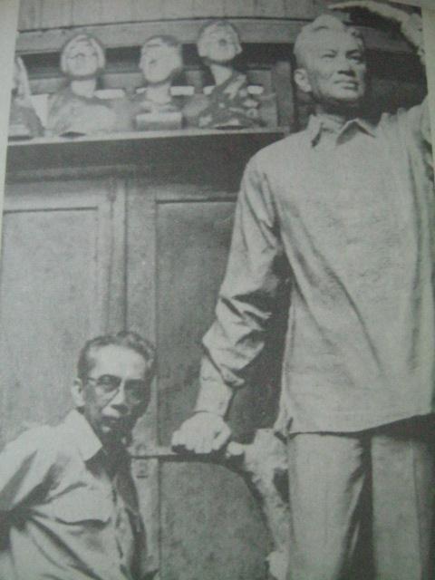 Si Tolentino at ang kanyang monumento para kay Pangulong Ramon Magsaysay.  Mula sa Pambansang Aklatan ng Pilipinas.