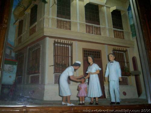 Paglalarawan ng diumano ay pamumuhay ni Imelda noong siya ay bata pa sa Maynila.  Kuha ni Xiao Chua sa Sto. Nino Shrine sa Tacloban, Leyte.