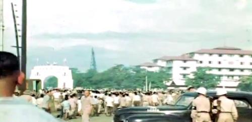 Ang pagdagsa ng tao sa may bahagi ng Manila Hotel.  Mula sa newsreel ng FitchettFilm.com.