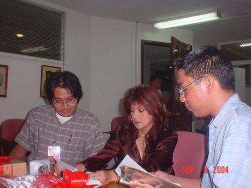 """Si Xiao Chua at Angelito Angeles habang kinakapanayam si Rep. Ma. Imelda """"Imee"""" Marcos, September 6, 2004, Batasang Pambansa."""