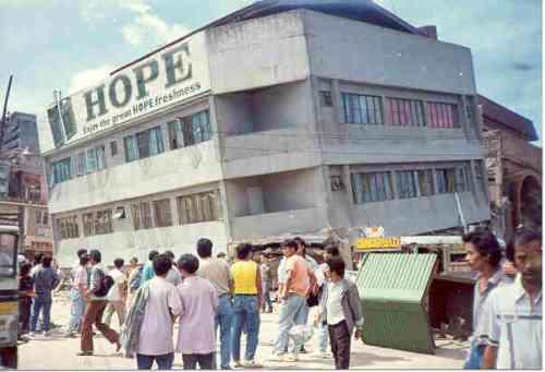 Isang gusali sa Lungsod ng Baguio na lumubog.  Mga larawan na nagmula sa Baguio Midland Courier, makikita sa http://www.cityofpines.com/baguioquake/quake.html.