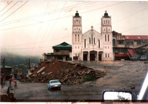 St. Vincent sa Baguio noong lindol ng 1990.    Mga larawan na nagmula sa Baguio Midland Courier, makikita sa http://www.cityofpines.com/baguioquake/quake.html.