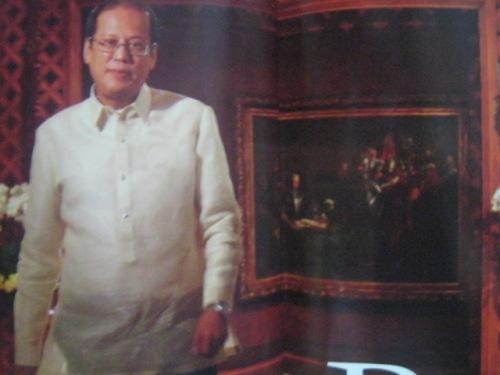 Si Pangulong Noynoy Aquino matapos na umakyat sa Palasyo ng Malacanan, nasa likuran niya ang Pacto de Sangre ni Juan Luna.  Mula sa Yes! Magazine.
