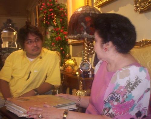 Si Xiao Chua habang kinakapanayam si Unang Ginang Imelda Marcos, kuha ni Jose Angelito Angeles, 2008.  Mula sa Sinupan ng Aklatang Xiao Chua.