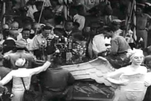 "Si Heneral Douglas MacArthur.  Mula sa newsreel na ""Philippine Independence."""