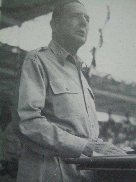 Si Heneral Douglas MacArthur.
