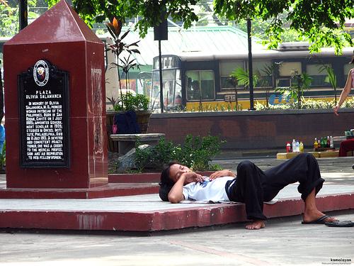 Isang taong natutulog sa Plaza Olivia Salamanca malapit sa Luneta sa Daang Kalaw.