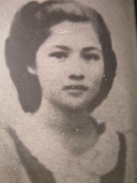 Si Imelda bilang estudyante ng St. Paul's Tacloban.  Mula kay Carmen Pedrosa.