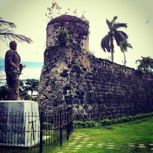 Fort San Pedro sa Cebu, na may monumento ni Legazpi.  Mula sa driftwoodjourneys.com.