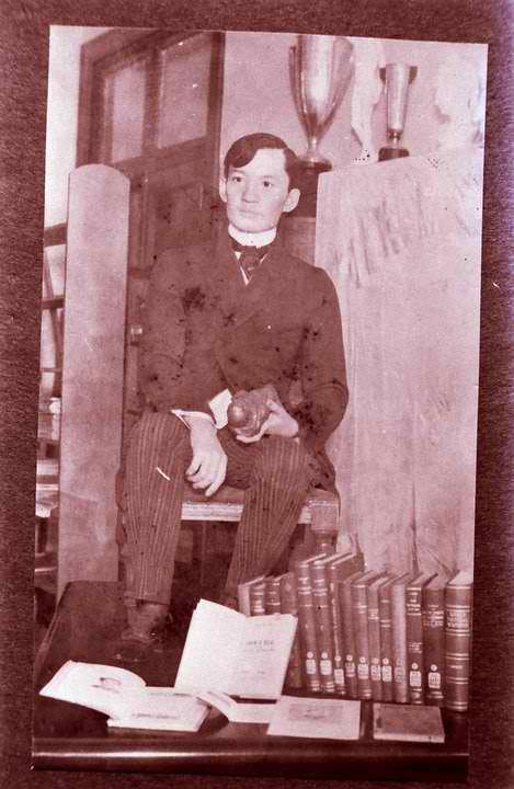Ang wax statue ni Rizal bilang eskultor hawak ang kanyang lilok ng Sagrada Corazon.  Obra maestra ni Guillermo Tolentino na natunaw noong digmaan.  Mula sa peysbuk ni Dr. Ambeth R. Ocampo.