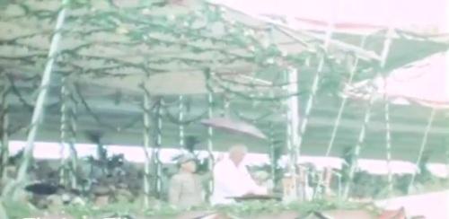 Nang maulanan si High Commissioner McNutt habang nagtatalumpati.  Mula sa newsreel ng FitchettFilm.com.