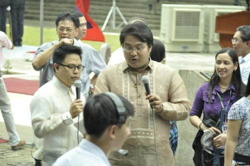 Si Xiao Chua at Marc Castrodes sa makasaysayang coverage para sa ika-40 paggunita sa proklamasyon ng Martial Law noong September 21, 2012, Bantayog ng mga Bayani.  Kuha ni Rapha-el Q. Olagario.