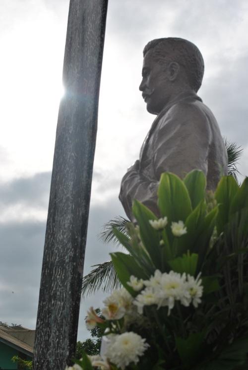 Monumento ni Marcelo H. del Pilar sa kanyang kasalukuyang libingan sa kanyang Dambana sa Bulakan, Bulacan, kung saan siya isinilang.  Mula sa Dambanang Pangkasaysayang Marcelo H. del Pilar, na pinangangasiwaan ni Ka Alex Balagtas.
