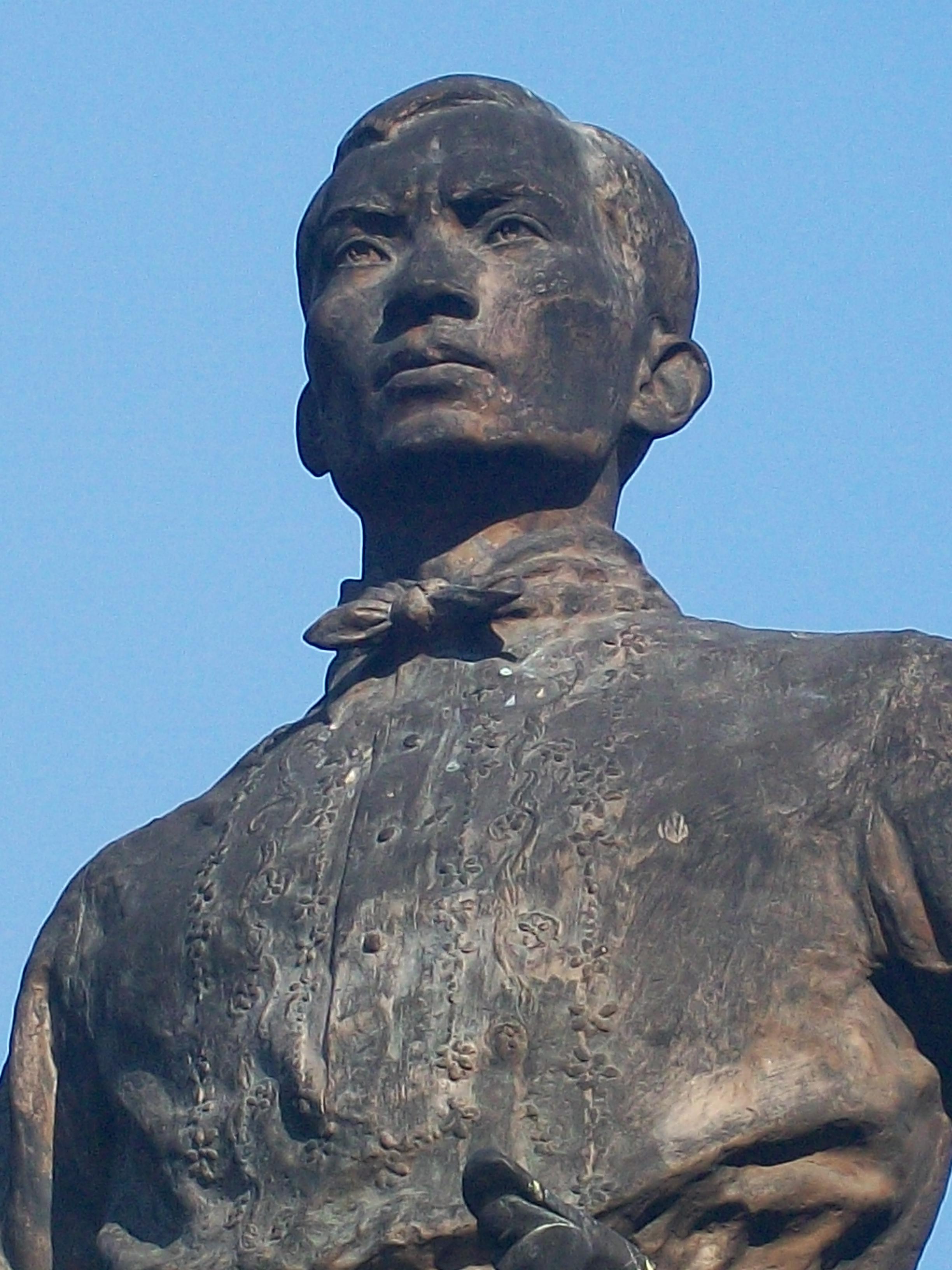 ni Bonifacio sa kanyang monumento sa Liwasang Bonifacio. Nililok ni