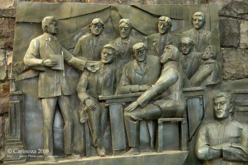 Ang pagtatatag ng La Liga Filipina, mula sa mural sa sulok kung saan binaril si Gat Dr. Jose Rizal sa Parke Rizal. Obra ni Eduardo Castrillo.  Kuha nin Cari Noza.