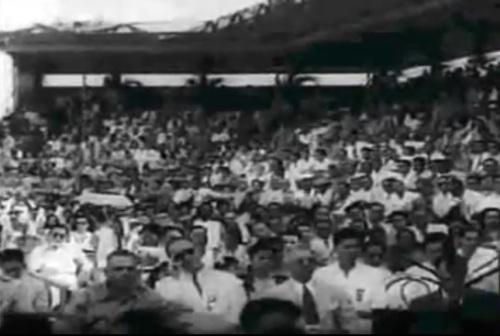 "Ang mga tao sa mga grandstand.  Mula sa newsreel na ""Philippine Independence."""