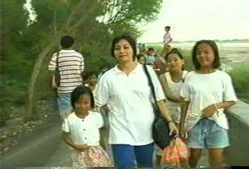 """Si Mercy kasama ang bayan, tulad ni Olivia Salamanca.  Mula sa pelikulang """"Health Worker:  Bayani ng Family Planning"""" ng JICA-DOH FP-MCH Project."""