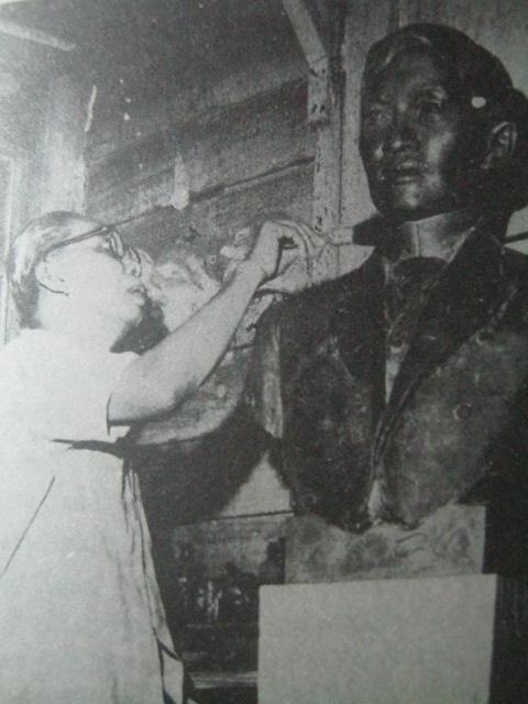 SI Guillermo Tolentino habang nilililok ang isa sa mga kopya ng kanyang busto kay Jose Rizal.  Mula sa Aklatang Pambansa ng Pilipinas.