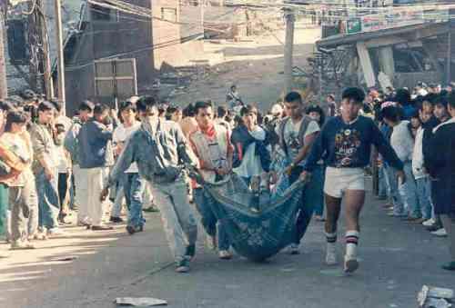 Ang mga nasawi ay hinukay mula sa mga guho.    Mga larawan na nagmula sa Baguio Midland Courier, makikita sa http://www.cityofpines.com/baguioquake/quake.html.