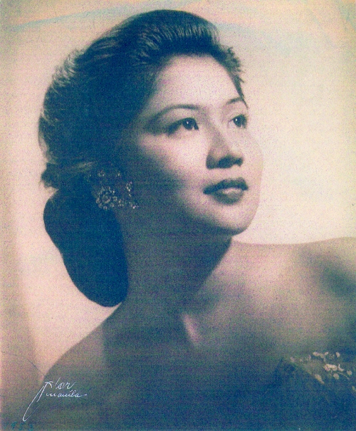 Si Imelda bilang Muse of Manila.  Mula sa Marcos Presidential Center.