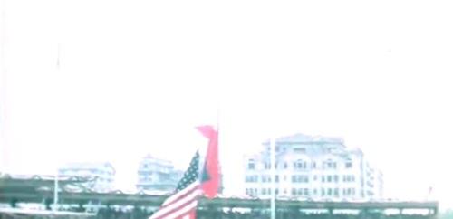 Ang mga naulanang bandila:  ibinababa ang sa Amerika at itinataas ang Pilipinas.  Kaya pala parang mabigat ang hitsura.  Mula sa newsreel ng FitchettFilm.com.
