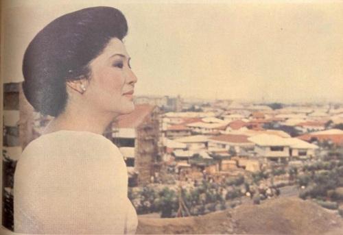 Si Imelda Marcos bilang gobernador ng Metro Manila at ministro ng Human Settlements.  Mula sa Fookien Times Yearbook sa Aklatang Xiao Chua.