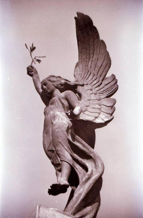 Winged Victory, isang klasikal na simbolo sa eskultura, sa ibabaw ng obelisk ng monumento ni Maganda pala sa malapitan.  Mula sa Peysbuk ni Dr. Ambeth R. Ocampo.