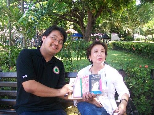Si Xiao Chua sa unang pagkikita nila ng idolong si Pedrosa, May 2011, Heroes Square Rizal @ 150 Tour, Fort Santiago.