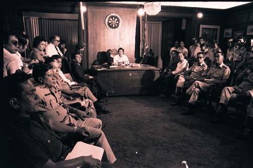 Pulong ni Pangulong Marcos at ng kanyang mga heneral noong September 22, 1972, gabi nang ipatupad ang Batas Militar.  Mula sa Pribadong Koleksyon ng mga Marcos.