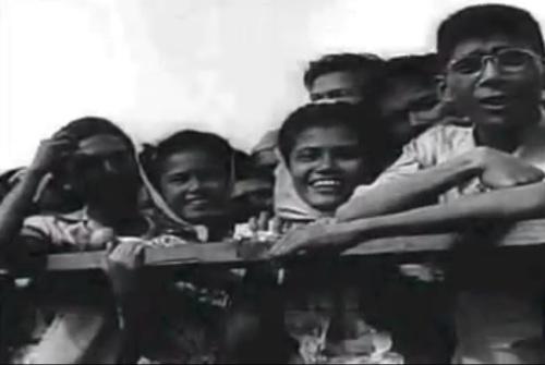 """Ang bayan habang masayang sumasaksi sa kasaysayan.  Mula sa newsreel na """"Philippine Independence."""""""