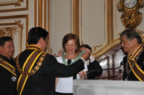 Nang isabit ni Supreme Commander Sir Reghis Romero, II, KGCR ang medalyang Rizal Women of Malolos sa kay Madamme Brigette Ayrault noong May 29, 2013 sa Hotel Matignon sa Paris, Pransiya.  Mula Kay Sir Mark Roy Boado.