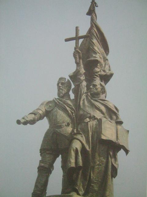 Monumento ni Legazpi at Urdaneta sa Luneta na ipinagawa noong huling bahagi ng pananakop ng Espanyol sa Pilipinas. Mula sa Pacto de Sangre.