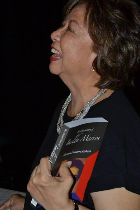 Carmen Pedrosa hawak ang bagong edisyon ng kanyang akda.  June 20, 2013, Opera Haus, Makati.