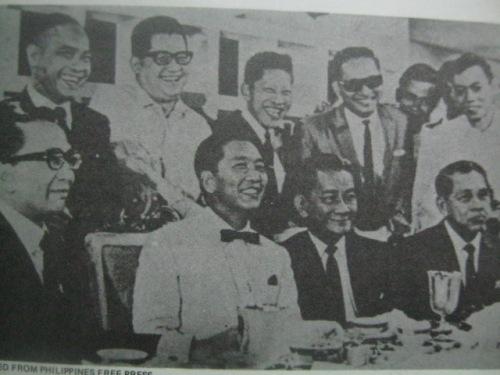 Sa isang kaarawan ni Ka Erdy, dumalo ang mga magkakalaban sa pulitika:  Pangulong Ferdinand Marcos, Senador  Serging Osmena (nakaupo), Senador Arturo Tolentino, Senador Ninoy Aquino at Senador Jose Roy.  Mula sa Ninoy:  The Willing Martyr.