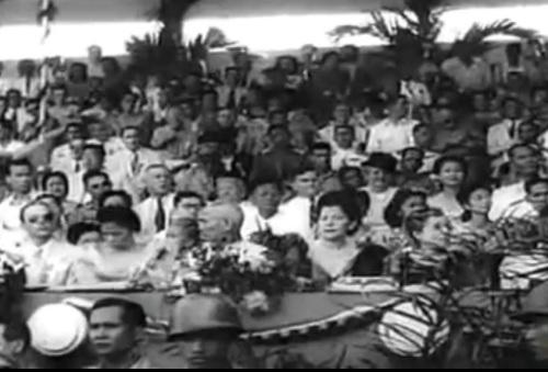 """Ang mga tao sa may grandstand.  Mula sa newsreel na """"Philippine Independence."""""""