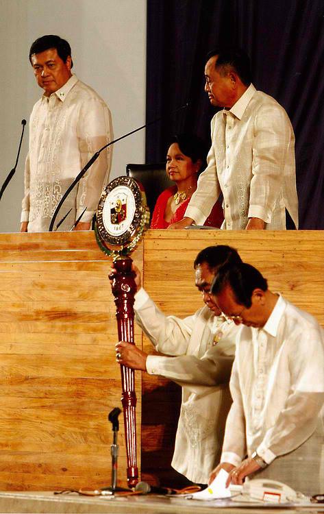 Si Gloria Arroyo na tila isang punong saserdote na pinamumunuan ang isang ritwal ng bansa.