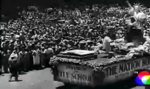 """Isa sa mga carroza na luamhok sa parada ng kasarinlan.  Mula sa newsreel na """"Philippine Independence."""""""
