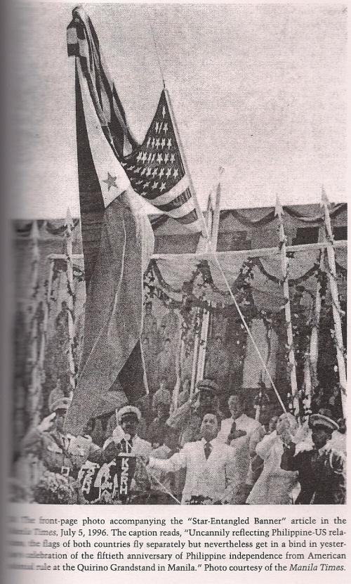Ang kakatwang pagkakasabit ng bandilang Amerikano sa papaangat na bandilang Pilipino, July 4, 1996.  Mula sa Star-Entangled Banner ni Sharon Delmendo.