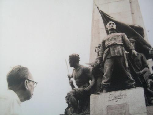 """Si Guillermo Tolentino at ang kanyang """"monumento.""""  Mula sa Pambansang Tipunan ng Sining ng Pambansang Museo ng Pilipinas."""