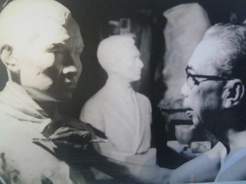 Guillermo Tplentino habang nilililok ang kanyang busto ni Andres Bonifacio.  Mula sa Pambansang Tipunan ng Sining ng Pambansang Museo ng Pilipinas.