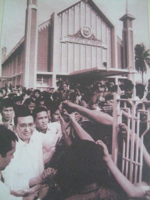 Ang karismatikong tagapamahalang pangkalahatan na si Kapatid na Erano G. Manalo matapos bisitahin ang isang kapilya ng Iglesia.  Mula sa Pasugo.