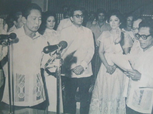 Sa harapan ng Ka Erdy, sumumpa si Kapatid na Alfredo Gorgonio bilang Hurado ng Caloocan City Court of First Instance.  Mula sa Pasugo.