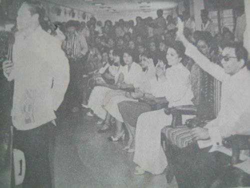 Ang Pangulong Marcos habang kinikilala si Ka Erdy Manalo noong kanyang ika55 taong kaarawan, January 2, 1980, sa INC Pavillion, Central Offices.  Mula sa Pasugo.