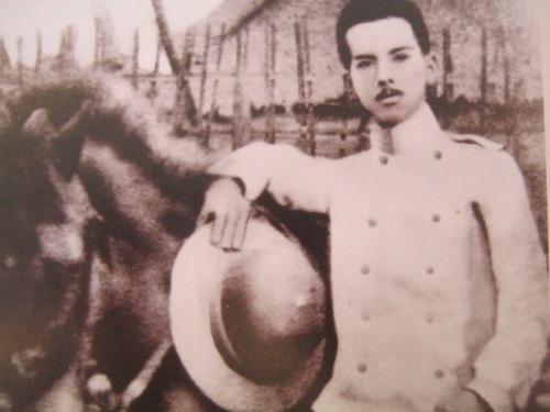 Manuel Quezon, rebolusyunaryo.  Mula sa Manuel Luis Quezon nina Edgardo J. Angara at Sonia P. Ner.